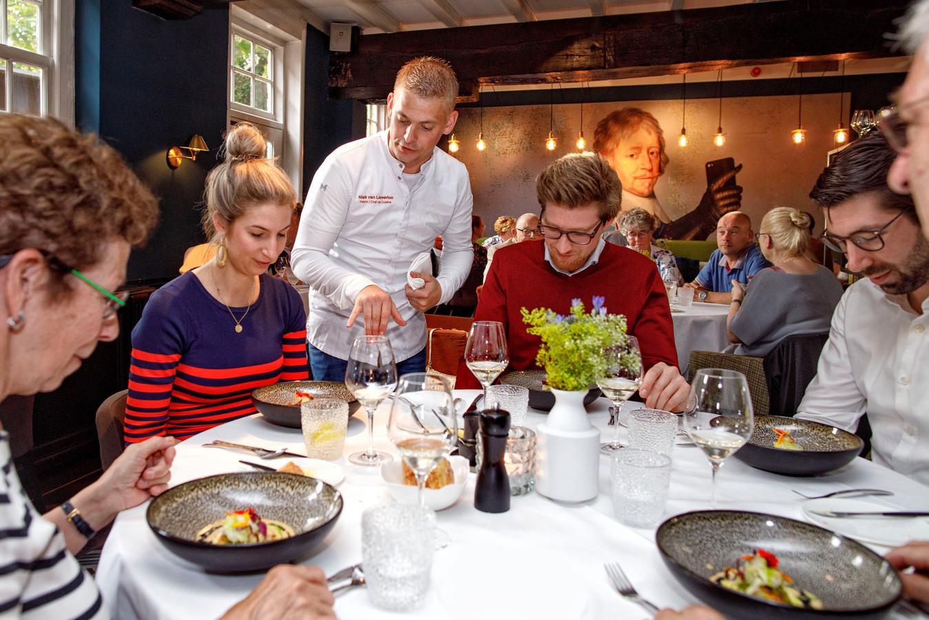 Niek van Lieverloo, chef-kok van Hendrik van Maurick, komt zijn creaties zelf serveren.