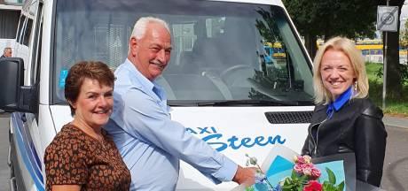Taxichauffeur Gerben uit Zwolle krijgt bloemen van staatssecretaris en ProRail na heldendaad: 'Stukje erkenning'
