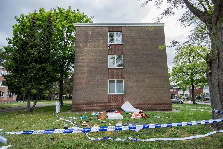 De bewoner kegelde tientallen spullen uit het venster.
