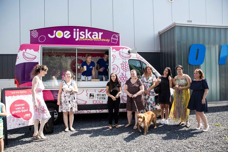 Joe FM deelt ijsjes uit aan het telesecretariaat Offitel in Genk.