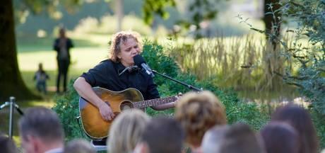 Muzikant sluit herdenking spoordrama Oss af met lied vol verdriet: 'Voor sommige wonden is één leven te kort'