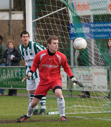 Middenvelder Straten is als keeper de held van AWC in penaltyserie