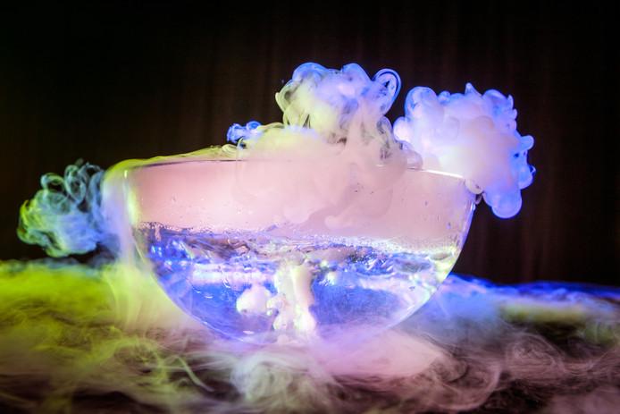 Droogijs in water zorgt voor een dichte mist.