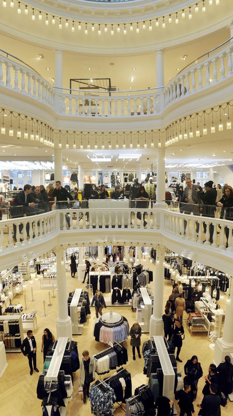 Echt H&M, maar zeker ook Maison de Bonneterie: het rijksmonument heeft zijn oude charme gehouden. Beeld Paul van Riel/HH
