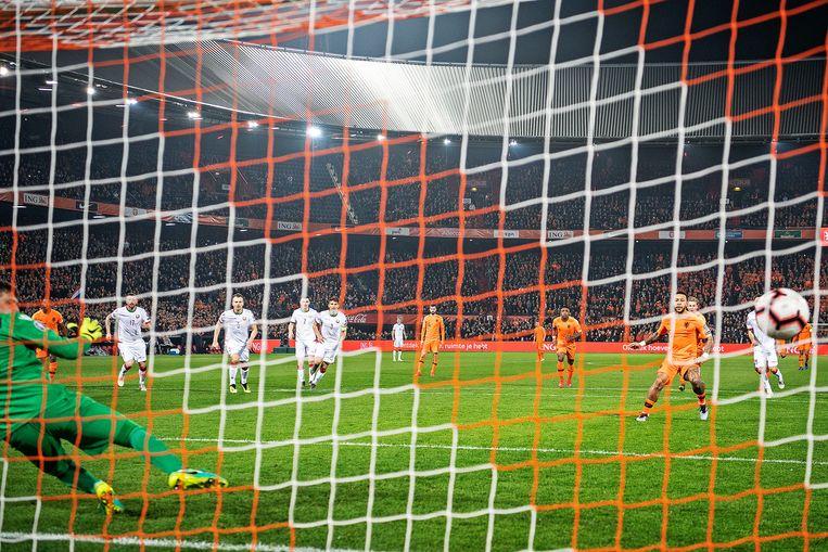 Memphis Depay stuurt de keeper van Wit-Rusland de verkeerde hoek in. Beeld Guus Dubbelman / de Volkskrant