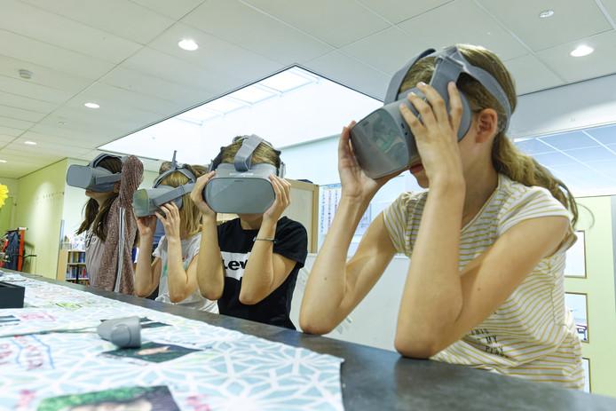 Karlijn, Giullia, Deirdre en Mila wanen zich hier in een ruimteschip, waar ze uitleg krijgen over duurzaamheid.