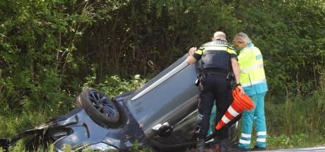 Auto belandt op de kop in de sloot in Budel, bestuurster komt goed weg