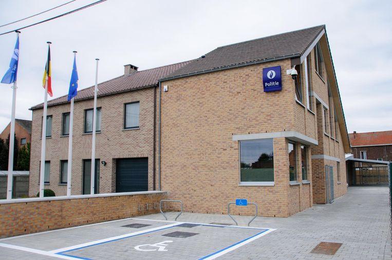 Het nieuwe wijkcommissariaat werd tegen een bestaand woonhuis aangebouwd. Enkel het logo aan de gevel maakt de bestemming duidelijk.