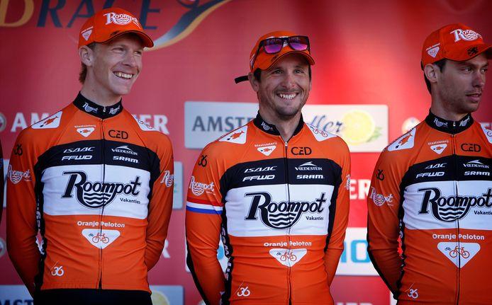 Johnny Hoogerland geflankeerd door zijn ploeggenoten bij Roompot.