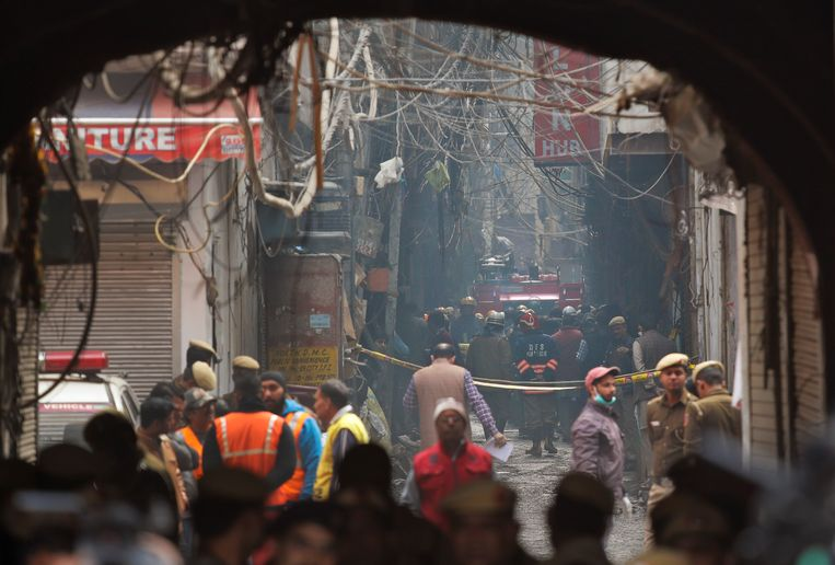 A fire engine stands by the site of a fire in an alleyway, tangled in electrical wire and too narrow for vehicles to access, in New Delhi, India, Sunday, Dec. 8, 2019. Dozens of people died on Sunday in a devastating fire at a building in a crowded grains market area in central New Delhi, police said. (AP Photo/Manish Swarup) Beeld AP