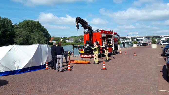 De hulpdiensten zijn bezig met de voorbereidingen om het lichaam uit de Rijn te halen