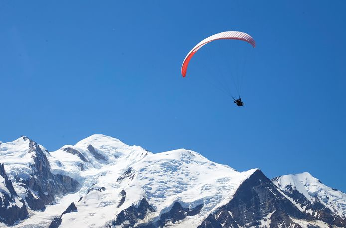 Illustratiebeeld van een paraglider boven de Mont-Blanc vorige maand.