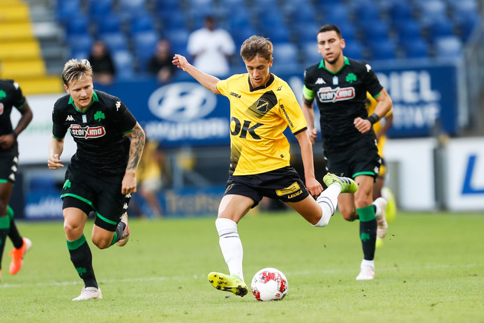Voormalig Helmond Sport-huurling Jordan van der Gaag in actie voor NAC.