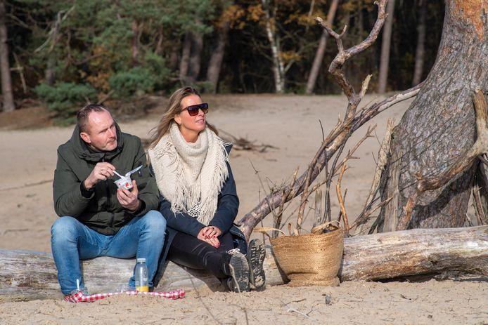 Nynke en Richard Venneman uit Leeuwarden genieten van een picknick in de Sahara bij Ommen.