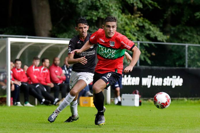 Bart van Rooij controleert de bal in de oefenwedstrijd tegen de amateurs van NEC.