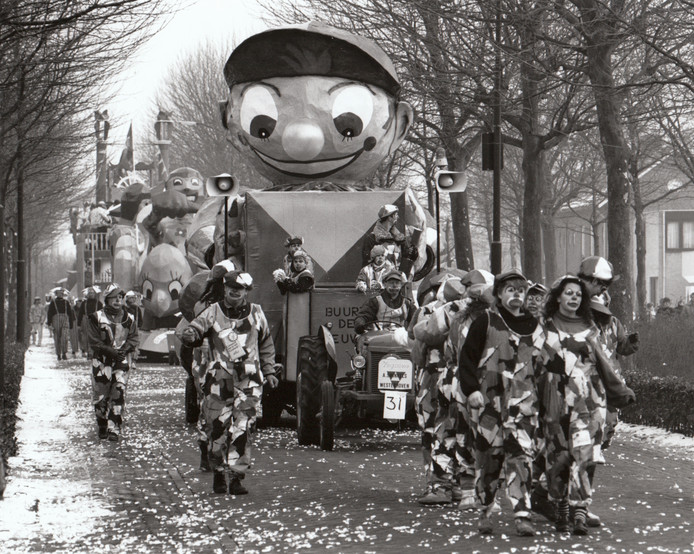 Een wagen in de carnavalsoptocht in Hapert van 1991.