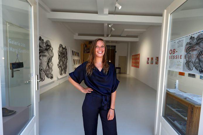 Tessa van Blokland, gasthost in de galerie van Margi Geerlinks in Schiedam.