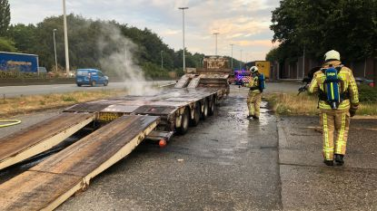 Oplegger van vrachtwagen vat vuur op E40 in Loppem