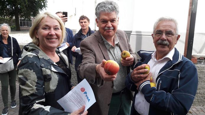 De PvdA in Houten deelt appels uit.