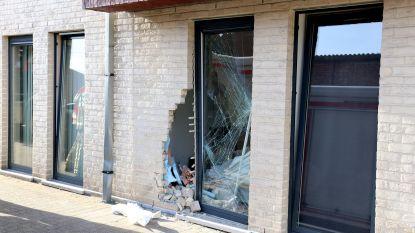 Oudere vrouw rijdt woning binnen nadat ze haar garage wil verlaten