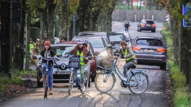 """""""Met donkere kledij ben je pas zichtbaar op 20 meter, dan kan een auto onmogelijk op tijd stoppen"""": verkeersexpert legt uit hoe je veilig op pad gaat"""
