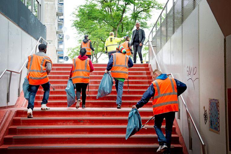 In Rotterdam verzamelen uitkeringsgerechtigden huisvuil bij wijze van wederdienst. Beeld Hollandse Hoogte / Robin Utrecht
