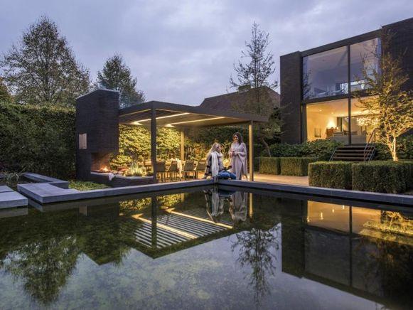 """""""Met een terrasoverkapping kan je alle kanten uit, van een lamellen- of vouwdak tot horizontale en verticale doekzonwering"""", zegt Ann Van Eycken van Verozo."""