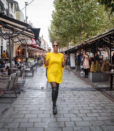 Modellen trotseren regen en wind op Grote Markt in Goes