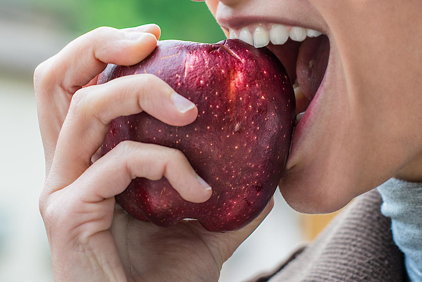 Een appel happen en kauwen geeft meer verzadiging dan stukjes appel eten.