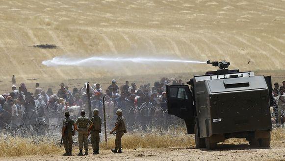 Het Turkse leger zette gisteren het waterkanon in om Syrische vluchtelingen te verdrijven aan de Turks-Syrische grens.