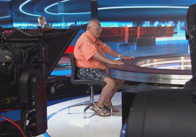 Jean-Luc Dehaene verscheen met een bermuda op de set van VTM NIEUWS.