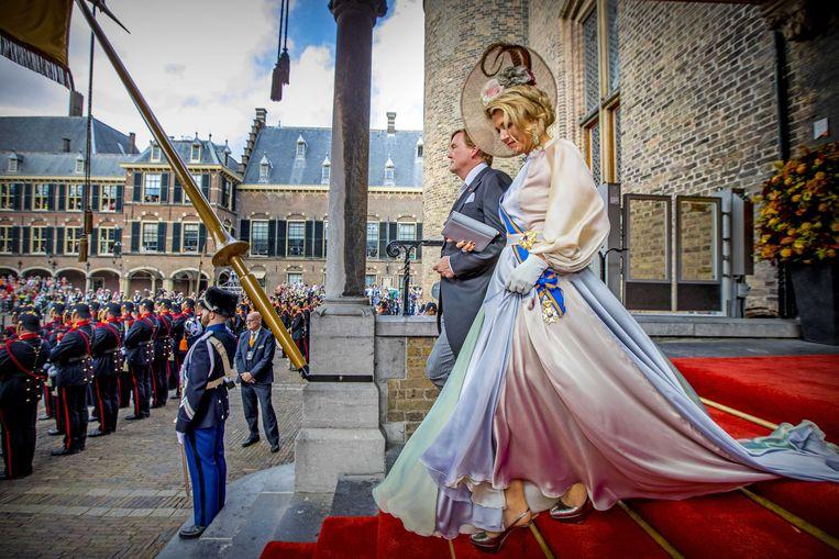 Koning Willem-Alexander en Koningin Maxima verlaten de Ridderzaal.  Beeld ANP