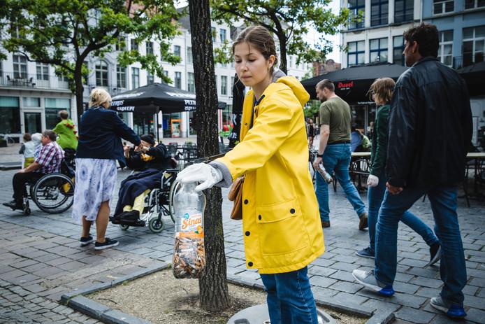 GMF ruimt sigarettenpeuken op aan de Vrijdagmarkt.