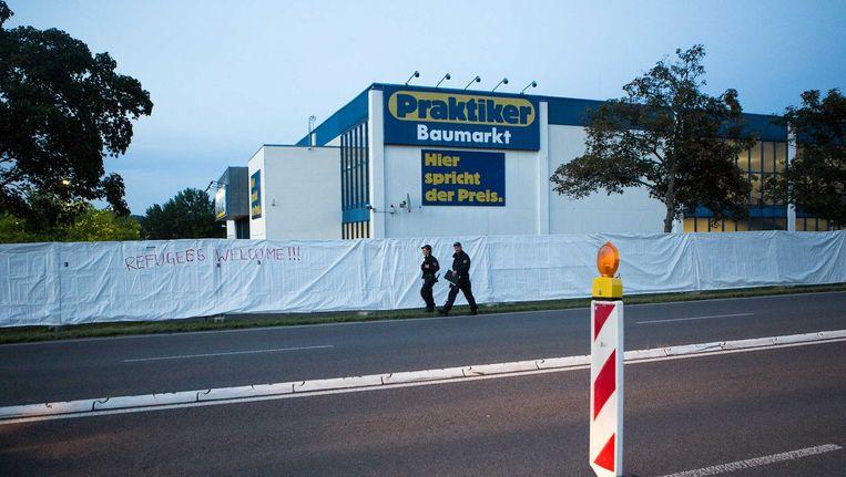 Het hek dat is opgebouwd rond om het tijdelijke asielzoekerscentrum in Heidenau. Het pand is een oud Praktiker Bouwmarkt die rond 1,5 jaar leeg stond. In het weekend waren er twee nachten achter elkaar rellen van rechte tegenstanders rond om het centrum. Beeld Julius Schrank