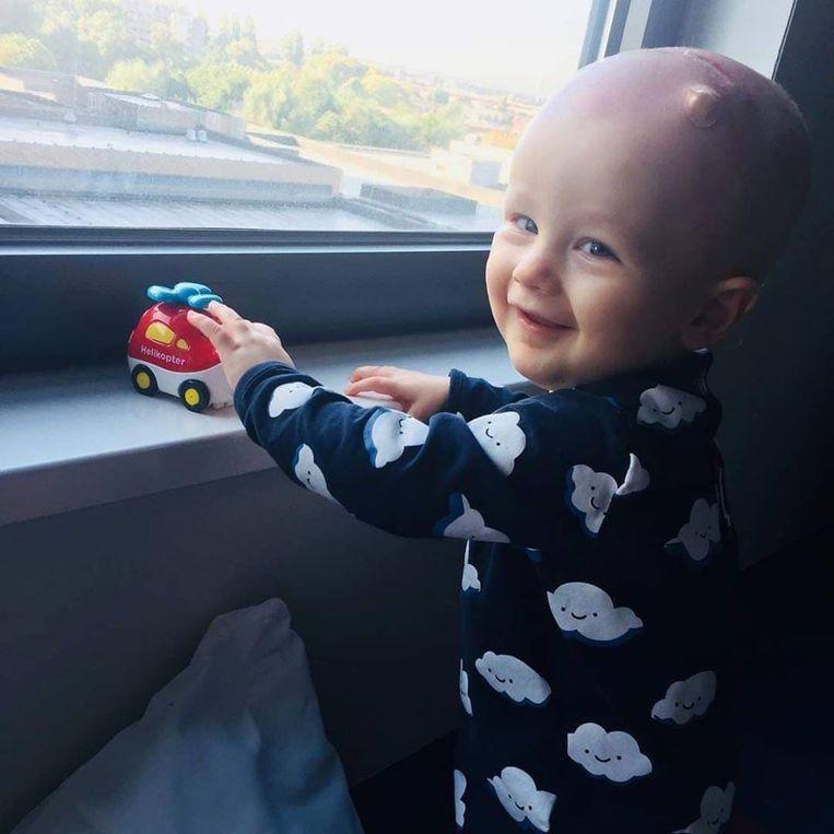 Met zijn actie ondersteunt Tom de kleine Finn. Die onderging heel wat operaties, zware chemokuren en stamceltransplantaties.