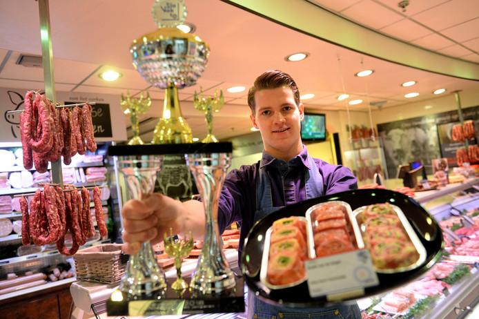 Hengelo - Niels Visschedijk uit Delden heeft goud gewonnen op de internationale slavakto vakwedstrijden. Hij werkt bij Keurslager Pots in Hengelo en laat vanmiddag zijn winnende 'sushi van de slager' zien.
