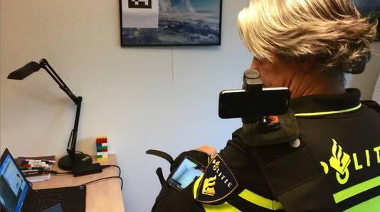 Hoofdinspecteur Rob Kouwenhoven test het AR-systeem. Via een computer kan er meegekeken worden.