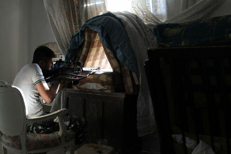 Een rebellenstrijder in Aleppo. Rebellen hebben mensen geëxecuteerd, in gijzeling genomen en burgers in woonwijken onder vuur genomen.