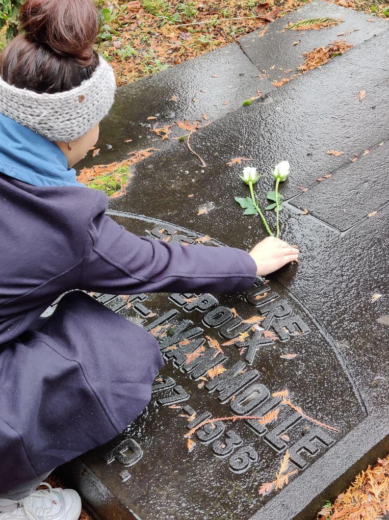 Jong CD&V legt witte rozen op vergeten graven in Vilvoorde