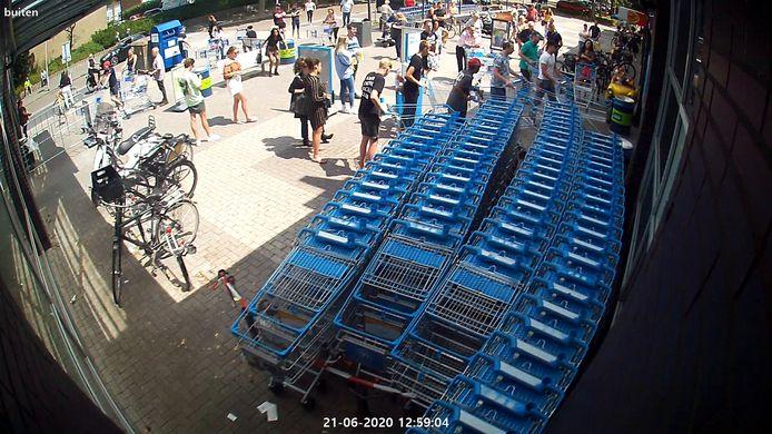 Drukte bij de AH supermarkt in de Doetinchemse wijk Overstegen. De foto geeft het beeld bij de entree op zondagmiddag 13 uur, als de winkel opent.