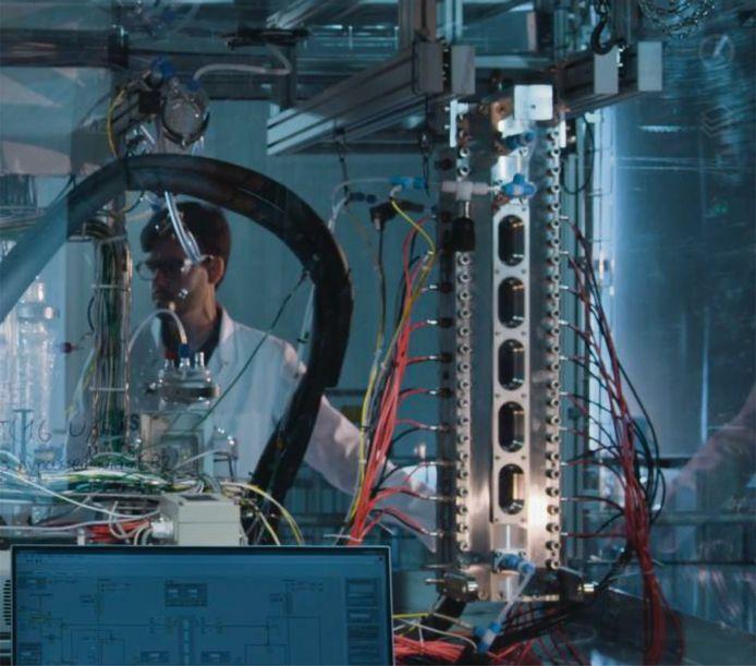 De proefopstelling van de Dutch Electrolyzer in het lab op de TU/e.
