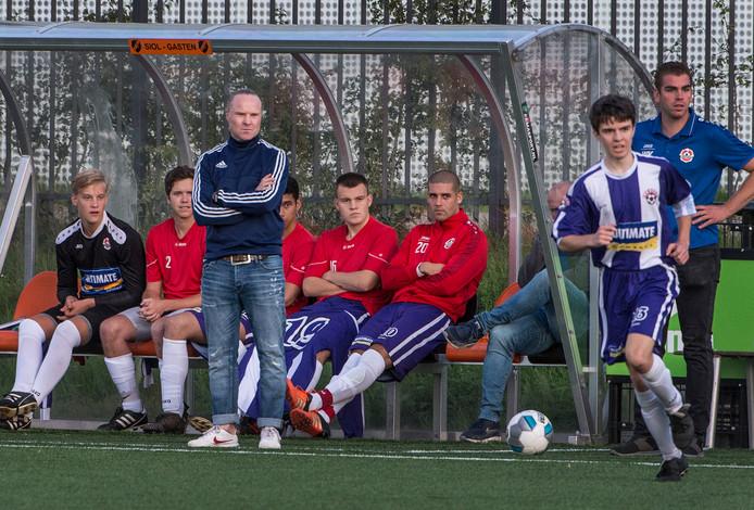 Trainer Michel van de Venn tijdens het bekerduel met SIOL.