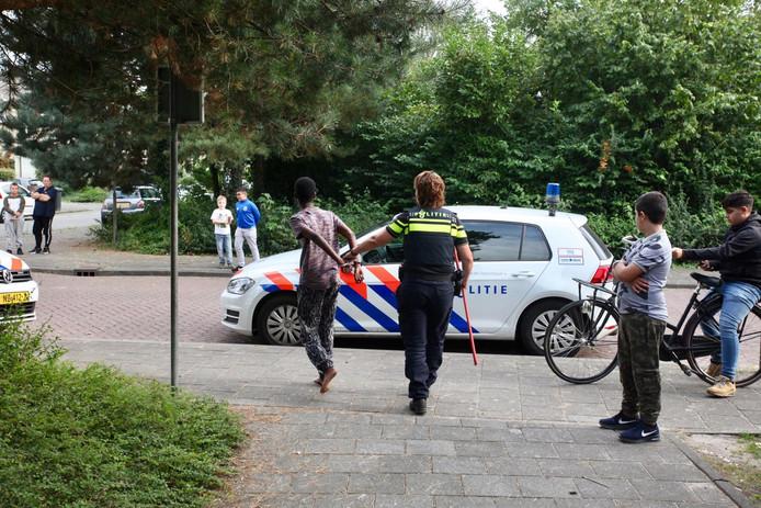 Een jongeman wordt aangehouden.