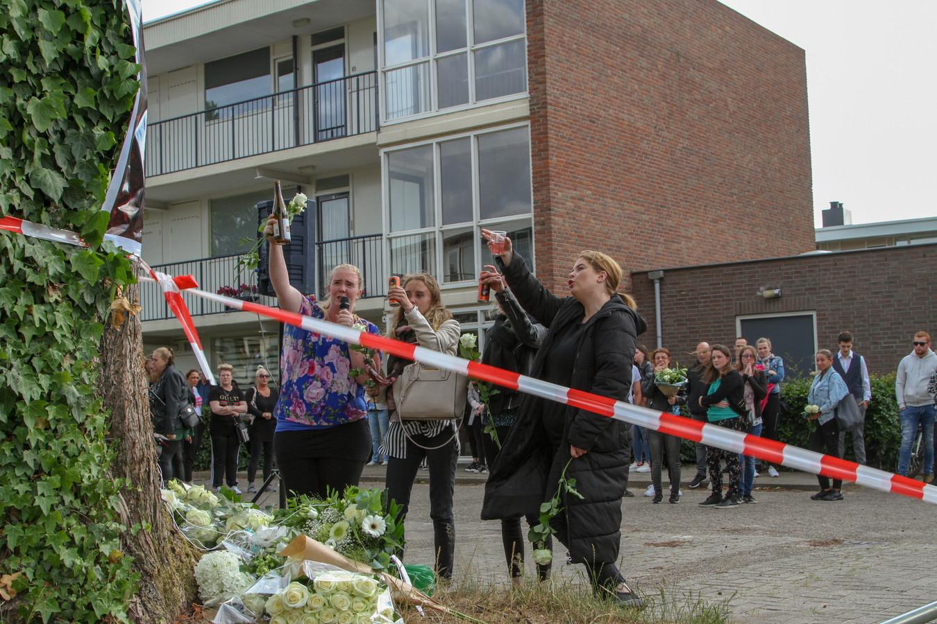 Vrienden en nabestaanden herdachten de gedode Shelley maandagavond in de Jan Th. Tooroplaan in Ede.
