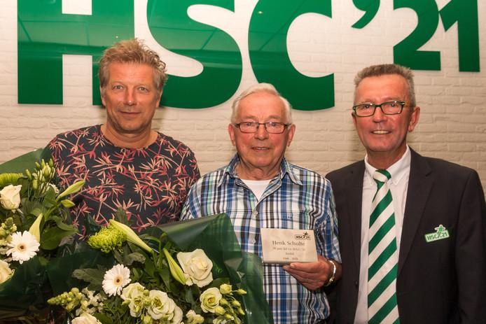 Peter Schulte, Henk Schulte en Willy Sticker (vlnr) zijn door HSC21 in het zonnetje gezet op de algemene ledenvergadering.