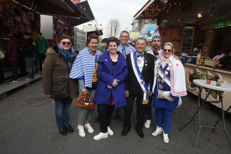 Sonia D'Ours, Anneke Corijn, Jos Appelmans samen met het prinsenpaar en de hofnarren op de Carnavalfoor.
