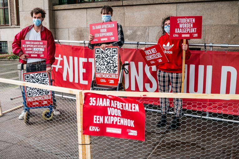 Studenten protesteren bij de HVA tegen de hoge huurprijzen van studentenwoningen.  Beeld Joris Van Gennip