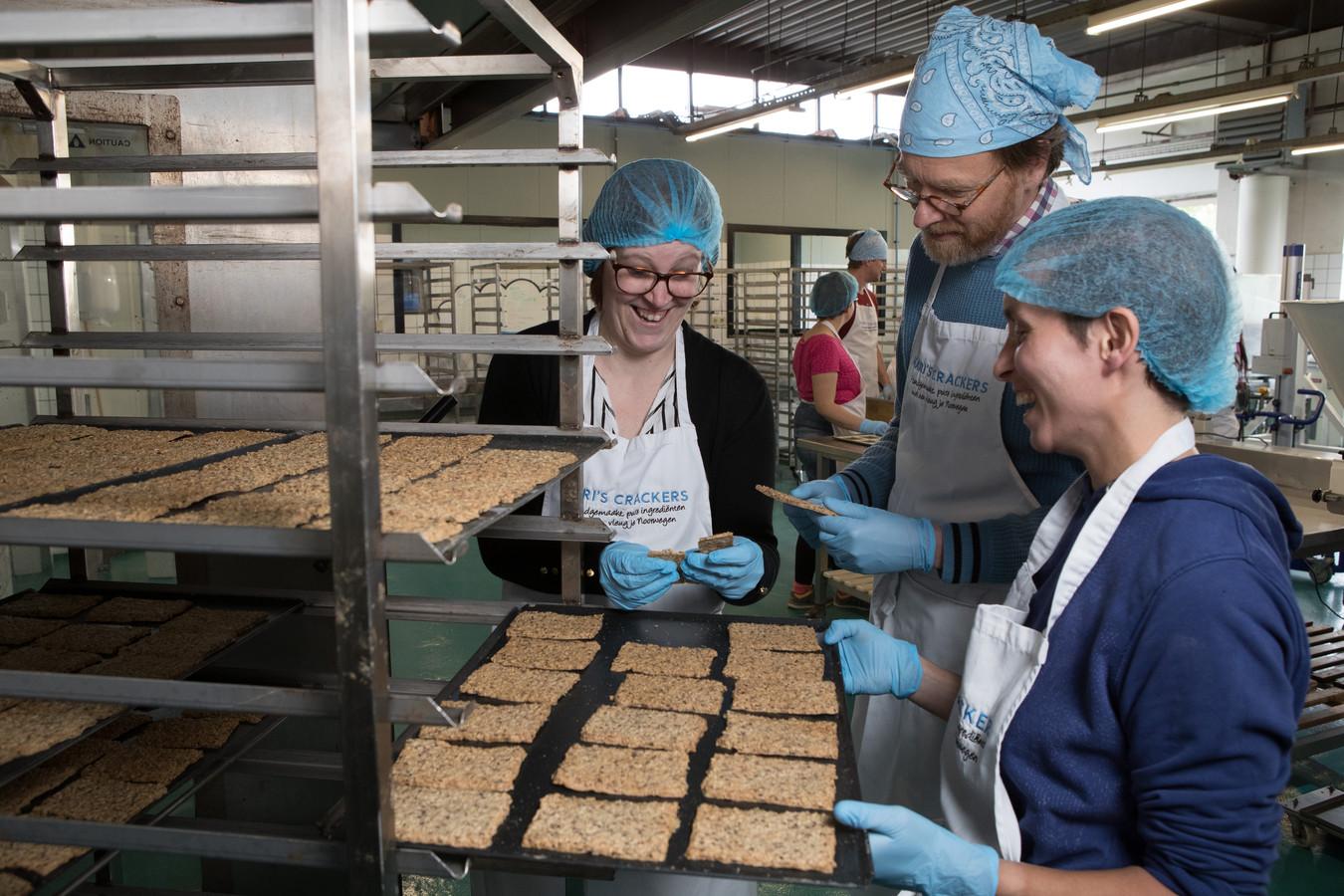 DS-2019-3896 Heino bakkerij Kari`s crackers vlnr Connie van Beusichem, Patrick Roozemond, Katalin Nijland