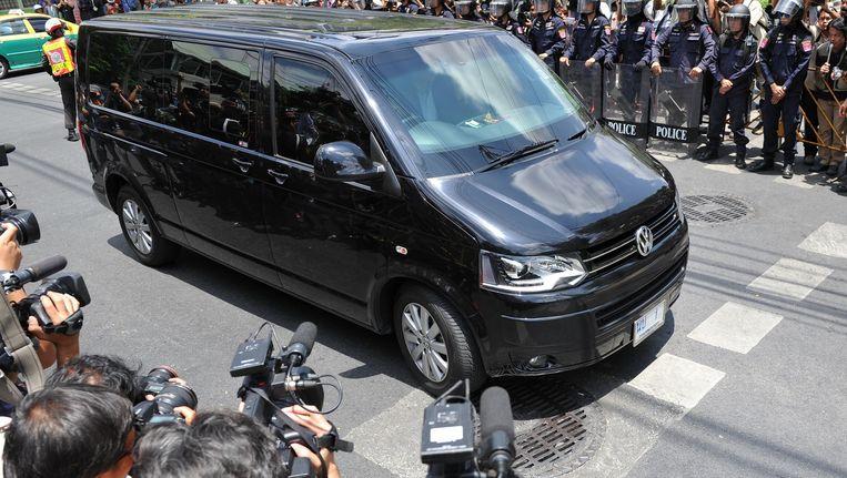 Voormalig premier Yingluck Shinawatra komt aan in de legerbasis in Bangkok.
