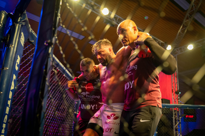Dion Staring wordt letterlijk weggedragen na zijn laatste MMA-gevecht.